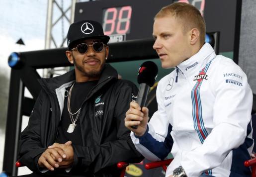 En la imagen, Valtteri Bottas junto a su compañero Lewis Hamilton.