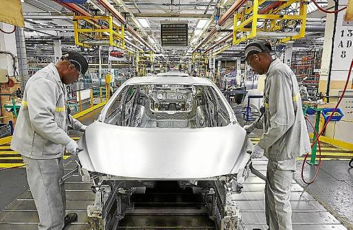Los primeros coches salen de la planta de Flins, en Francia.