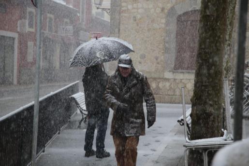 Un hombre camina por Bunyola, durante la nevada.