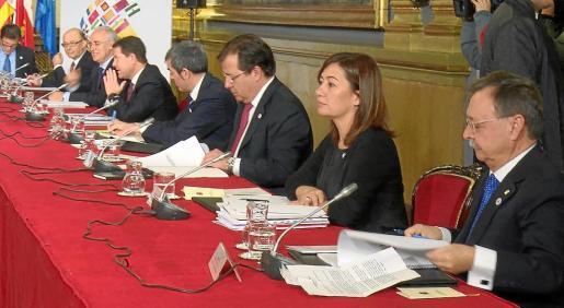 La presidenta del Govern, entre los presidentes de Extremadura, Guillermo Fernández Vara, y de Ceuta, Juan Jesús Vivas. Armengol participó en la Conferencia de Presidentes que este martes se celebró en el Senado y en la que participaron todos los dirigentes autonómicos excepto los de Catalunya y Euskadi, que no acudieron.
