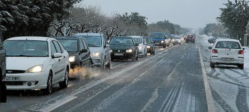 Larga cola de vehículos este pasado martes en la carretera de Bunyola provocada por el corte en el acceso a la localidad.