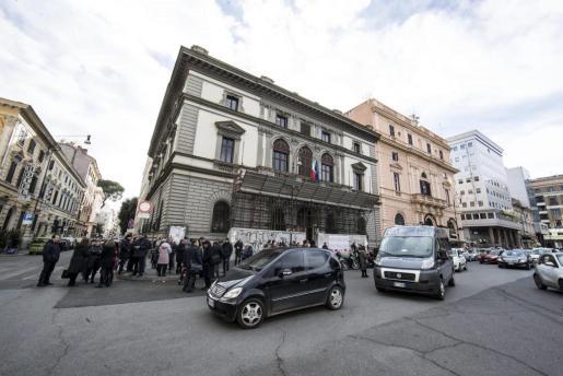 Estudiantes y profesores, en los alrededores del colegio Machiavelli tras registrarse un terremoto de 5.6 de magnitud en Roma.