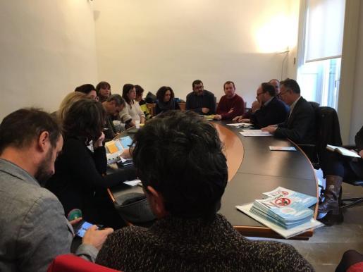 En la imagen, el Conseller de Medi Ambient, Agricultura i Pesca del Govern de las Islas Baleares, Vicenç Vidal en una reunión junto a Alianza Mar Blava.