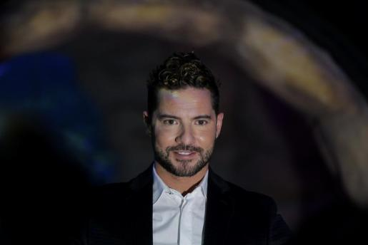 El cantante español David Bisbal posa antes de una rueda de prensa en Ciudad de México.