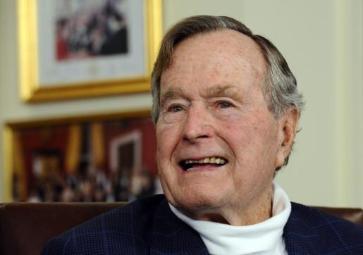 Foto de archivo tomada el 15 de julio de 2015 del expresidente estadounidense George H.W. Bush en su oficina en Houston.