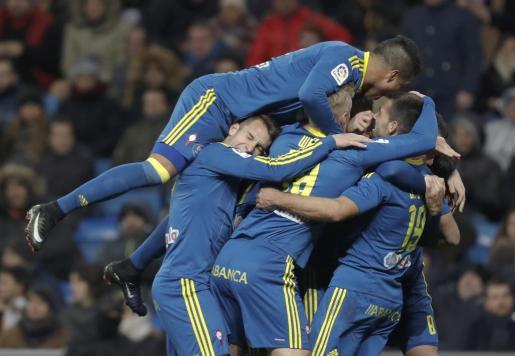 El defensa del Celta de Vigo Jonny Castro celebra su gol, segundo del equipo frente al Real Madrid, con sus compañeros.