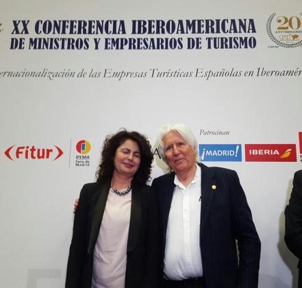 Miguel Fluxà, en Fitur, junto a la secretaria de Estado de Turismo, la canaria Matilde Asián.
