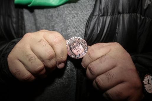 Imagen de la chapa alusiva a la situación de Xelo Huertas tras ser expulsada de Podemos.