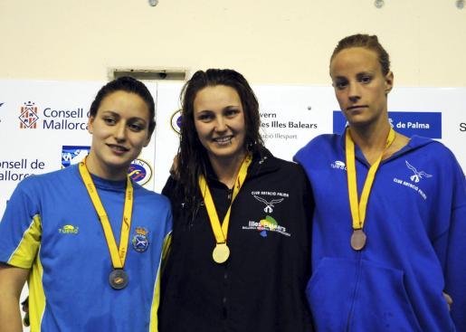 Patricia Castro (Canoe), Melanie Costa y María Fuster (CN Palma) posan para formar el podio de 200 metros libre, la primera gran alegría de la última tarde de competición en los Campeonatos de España de invierno de piscina corta en Son Hugo.