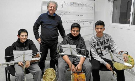 Varios alumnos del taller de Música Tradicional con el músico Xumeu Juan, durante un ensayo.
