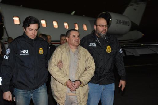 """""""El Chapo"""" Guzmán, escoltado a su llegada al aeropuerto neoyorquino."""