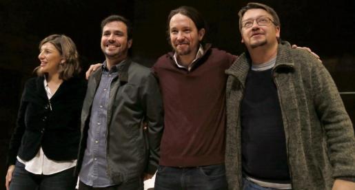 El secretario general de Podemos, Pablo Iglesias (2d); Alberto Garzón (2i), coordinador federal de Izquierda Unida; Yolanda Díaz (i), diputada de En Marea y Xavier Domènech, portavoz de En Comú Podem.