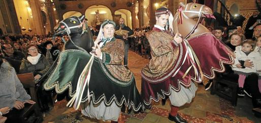Sergi Gómez y Josep Lorente tuvieron que trasladar las tradicionales danzas al interior de la iglesia.