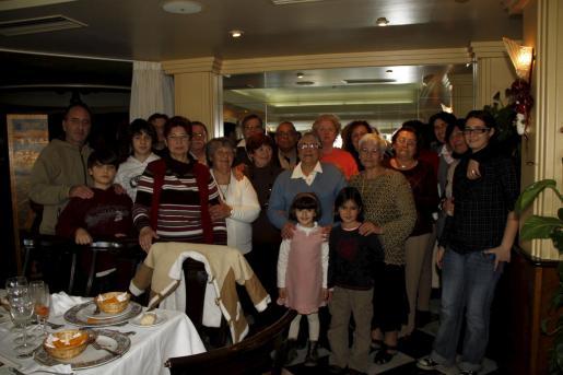 Fina Socías, junto a toda su familia, reunida para celebrar su cumpleaños.