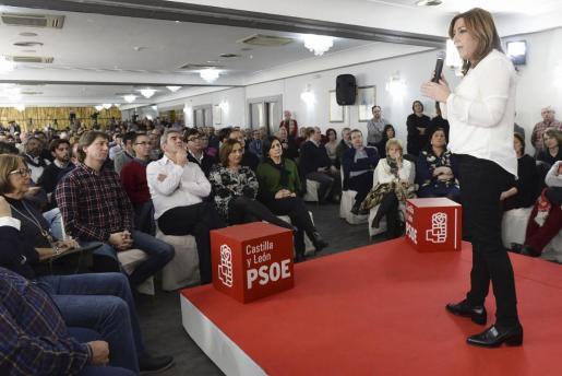 La presidenta de la Junta de Andalucía y secretaria general del PSOE en esta comunidad autónoma, Susana Díaz (d), durante un acto público.