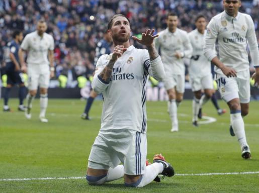El jugador del Real Madrid Sergio Ramos celebra uno de sus goles ante el Málaga.