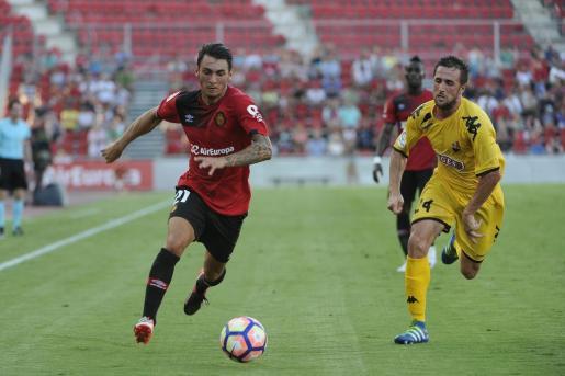 Moutinho conduce el balón ante un jugador del Reus.