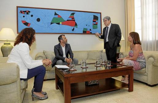 Guillem López Casasnovas, de pie, con la consellera Catalina Cladera, el vicepresident Biel Barceló y la presidenta Francina Armengol, en un encuentro en el Consolat