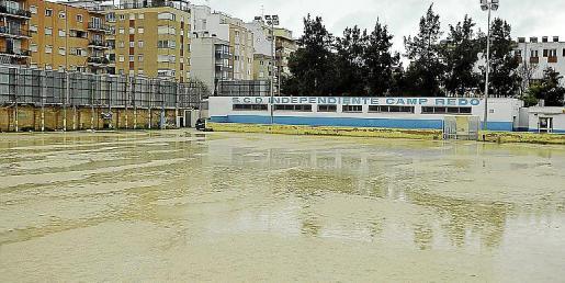 Imagen del terreno de juego del Independiente Camp Redó tras el temporal que ha asolado Baleares
