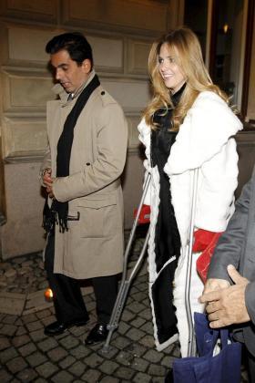 Gonzalo Vargas Llosa (i), hijo del escritor hispano peruano Mario Vargas Llosa, acompañado por la mexicana Genoveva Casanova, ayer en Estocolmo.