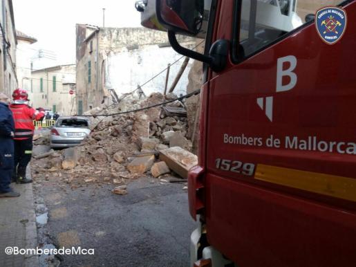 Los Bombers de Mallorca actúan en el derrumbe de una casa en Porreres.