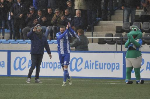Becchio, jugador del Atlètico Balears, celebra el gol que ha permitido a los blanquiazules imponerse (1-0) al Cornellà.