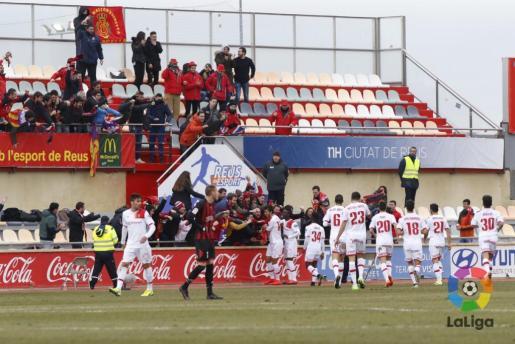 Los jugadores del Mallorca celebran el gol de Lekic en Reus.