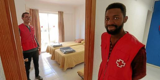 Voluntarios de Creu Roja muestran la primera habitación habilitada para los refugiados