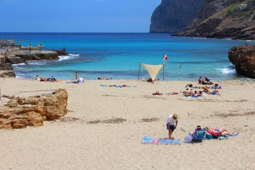 Las playas se adjudicaron con retraso la pasada temporada y no se montaron las hamacas y las sombrillas hasta junio.