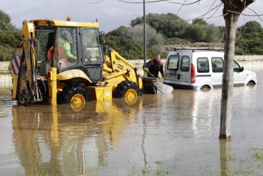 Inundación en una circunvalación cercana a Ciutadella.