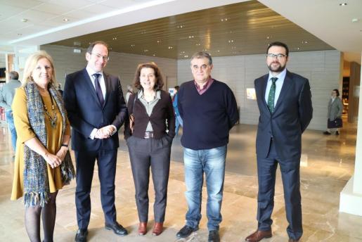 En la imagen, la consellera Fina Santiago y Juan Manuel Rosa con el director general de SAR Quavitae, la delegada territorial y el director de la residencia.