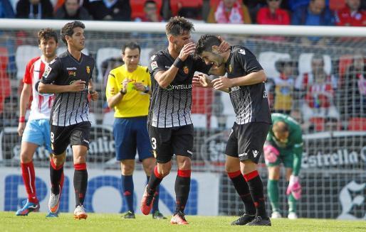 Joan Oriol felicita a Damià tras anotar un gol en Lugo la pasada temporada.