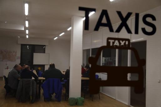 Los taxistas de todas las asociaciones se reunieron este lunes tras el encuentro con el conseller.