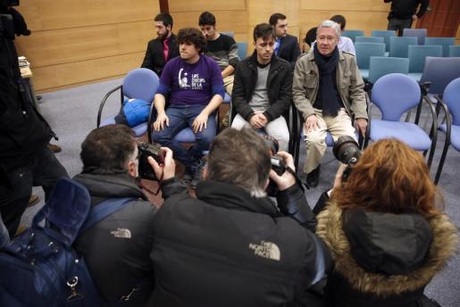 El exsecretario general de Alianza Popular Jorge Verstrynge (d), junto a los otros dos acusados, Manuel P.P. (i) e Iván T.L. (c), en el Juzgado de lo Penal 13 de Madrid.