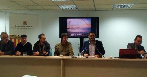El conseller de Medio Ambiente, Agricultura y Pesca, Vicenç Vidal, en el centro, durante la rueda de prensa.