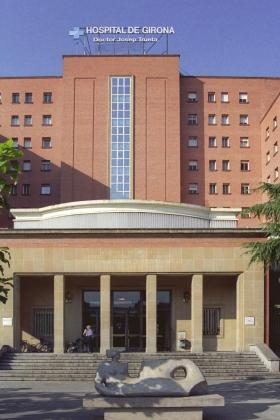 La unidad de cuidados intensivos (UCI) del Josep Trueta estaba preparada para recibir a la niña .Fotografía de archivo de la fachada del hospital.