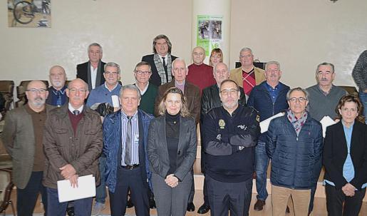 En la imagen, la Delegada del Govern, María Salom, junto a los agentes jubilados en el año 2016.
