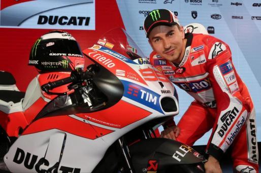 El piloto español de MotoGP, Jorge Lorenzo, posando con su nueva moto del equipo Ducati.