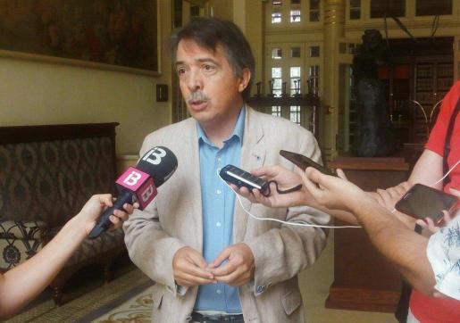 El diputado y portavoz de C's Baleares en el Parlament, Xavier Pericay, atiende a los medios de comunicación este martes en Ibiza.