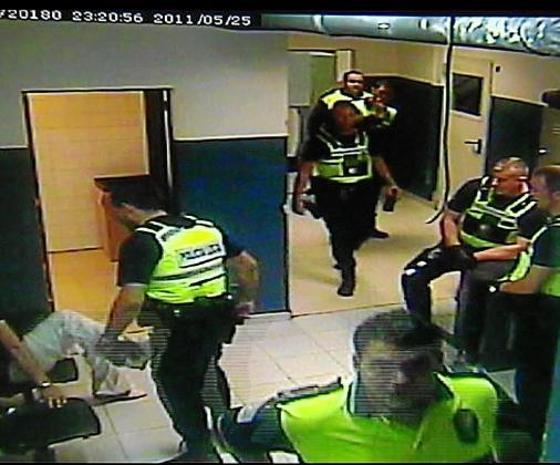 Carlos Vallecillo, en la parte inferior de la imagen, antes de mover la cámara del cuartel.