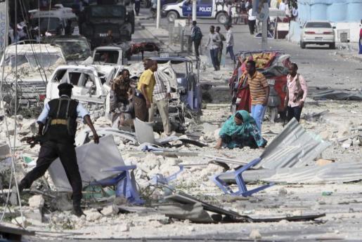 Un hombre herido recibe ayuda tras un atentado en el Hotel Dayah, cerca del Parlamento en Mogadiscio (Somalia).