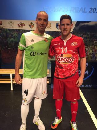 El capitán del Palma Futsal, Antonio Vadillo, junto a Antonio Aguilera, de ElPozo Murcia.