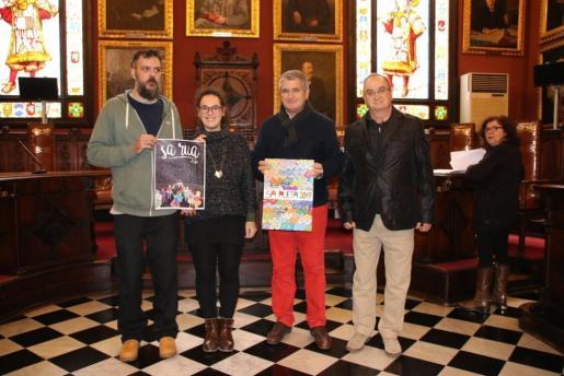 En la imagen, la regidora de Participació Ciutadana i Coordinació Territorial, Eva Frade, el gerente de Eurocarnavales, Juan Parra, el artista Tià Mas y el miembro de la comisión de fiestas Pep Toni Moyà.