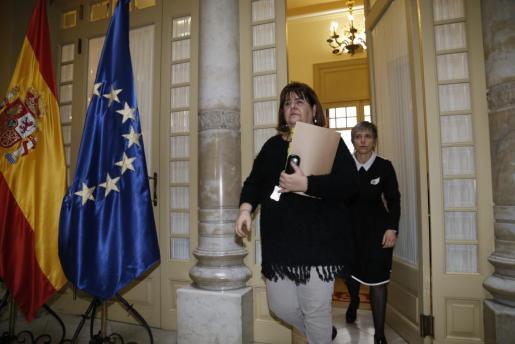 La ya ex presidente del Parlament Balear abandona su despacho.