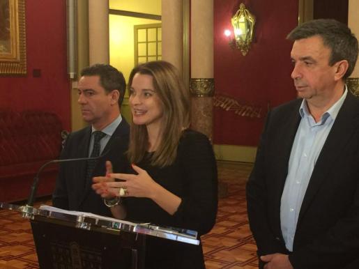 La portavoz del PP en el Parlament Marga Prohens atiende a los medios tras la reunión de la Mesa del Parlament acompañada por Miquel Vidal.