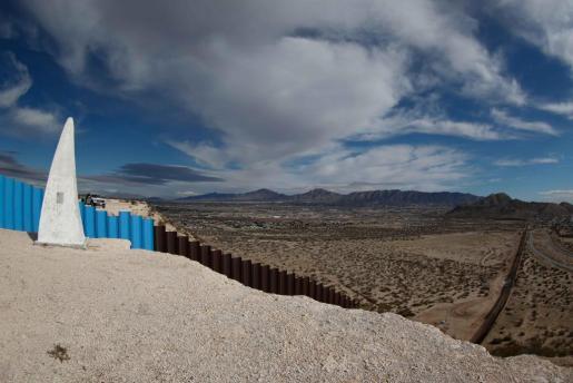 Vista general de este miércoles 25 de enero de 2017 de la barda fronteriza que divide al estado de Texas - Nuevo México (i) y Ciudad Juárez (México) (d).