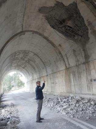 La caída de una roca encima del túnel ha provocado que cayera parte del techo sobre la calzada.