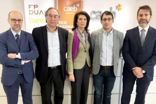 En la imagen, la presidenta de Confederación de Asociaciones Empresariales de Baleares (CAEB) Carmen Planas, junto a Martí March, conseller de Educació i Universitat; Iago Negueruela, conseller de Treball, Comerç i Indústria, i Jose Manuel García Trany, director de Negocio de Empresas Levante-Baleares de Bankia.
