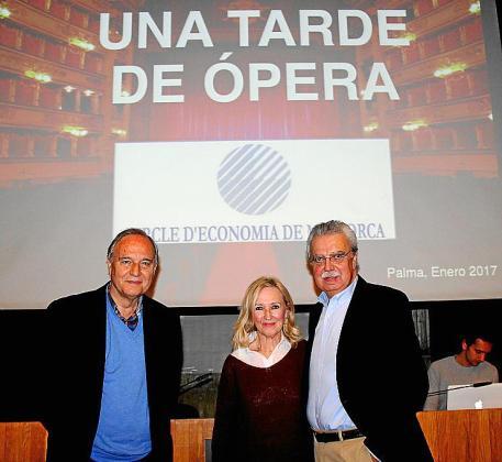 El presidente del Cercle d'EconomIa, Andreu Rotger, el conferenciante José Ferrer y su esposa Nanda.