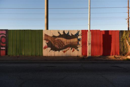 Vista de una pintada este jueves 26 de enero de 2017 sobre la cerca fronteriza que divide al estado de Mexicali ( México) y Calexico (EEUU).